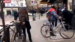 Benalla maltraite une jeune femmes, deux femmes essaient de s'interposer