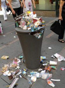 Une poubelle pleine