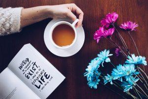 Boire du thé et lire des livres