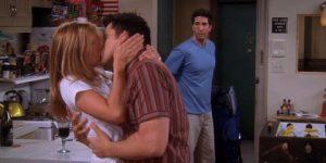 Joey et Rachel s'embrassent