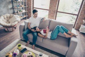 Lire en couple sur le divan