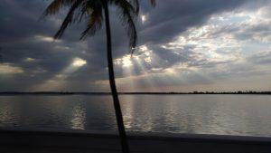 Couchant sur le bord de mer à Cienfuegos