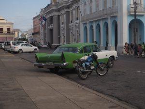 Vieille voiture dans les rues de Cienfuegos