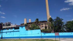 Une usine en arrivant à la Havane, Cuba