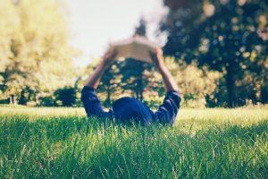 Lire dans le jardin
