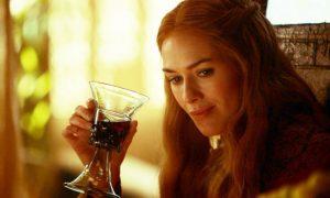 Cersei boit du vin alors que le monde s'effondre
