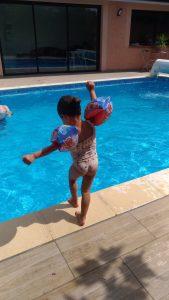 Pivoine à la piscine, petite fille apprend à nager