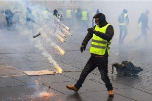 Gilet jaune essuyant la violence policière