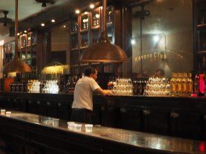 Dégustation au bar de la distillerie Havana Club à la Havane, Cuba