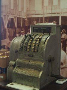 Caisse enregistreuse à la distillerie Havana Club à la Havane, Cuba