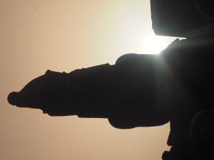 La statue du pharaon Ramses II au temple de Louxor, soleil couchant